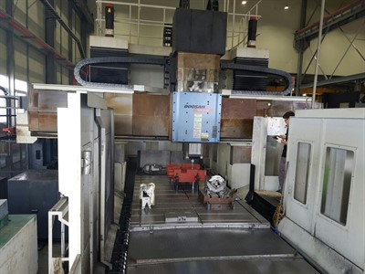 DOOSAN DCM 2740M FIVE FACE DOUBLE COLUMN CNC MACHINING CENTER W/ MOVEABLE RAIL